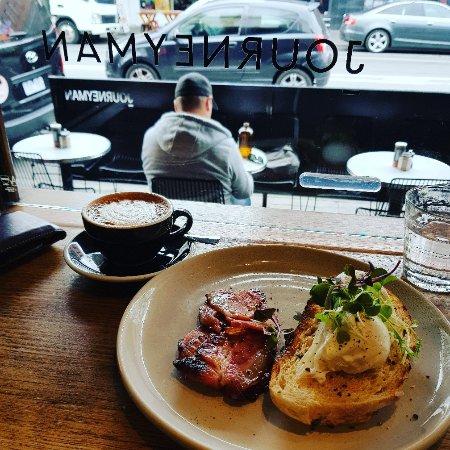 Windsor, أستراليا: Poached eggs with bacon