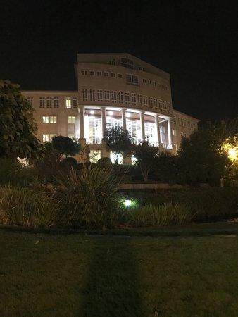 Gran Hotel Los Abetos: l'hôtel de nuit côté parc