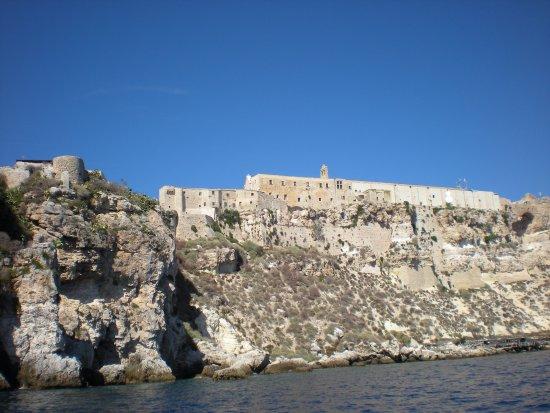 Tremiti Islands, Italie : Veduta del complesso del castello e dell'abbazia dal mare