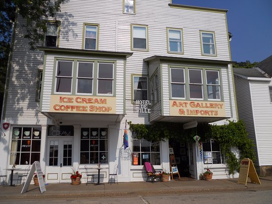 Alma, WI: Opened in 1981 in a building built in 1867, Fire and Ice is the lobby of our Hotel de Ville.
