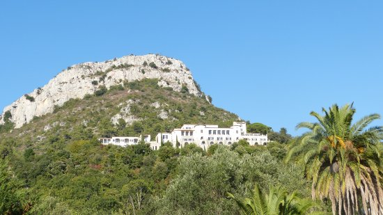 Chateau Saint-Martin & Spa: Château Saint-Martin & Spa, que domine le Baou