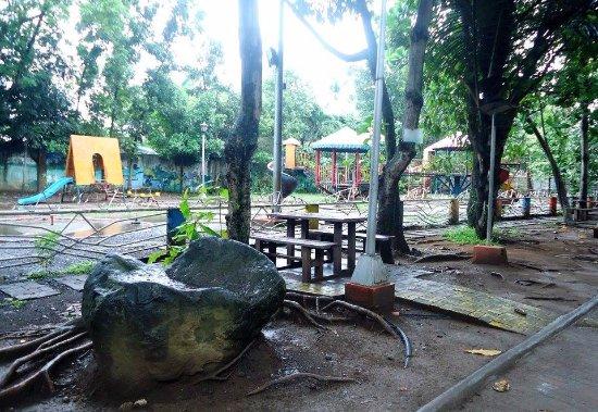 Davao City, Filippine: Park grounds.