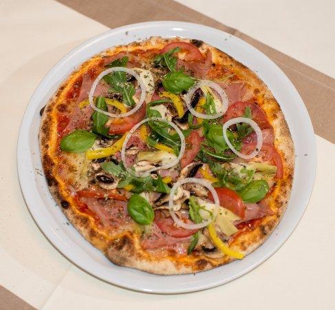 Wiesloch, Niemcy: Frische Pizza aus dem Holzofen