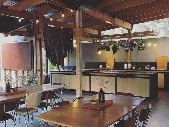 Binalong Bay, Австралия: Communal kitchen and dining area.