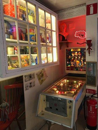 Norrtalje, Suecia: I ett hörn finns ett gammalt flipperspel