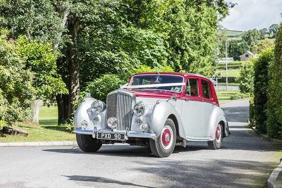 Millbrook Lodge Hotel: Wedding Car arriving at the hotel