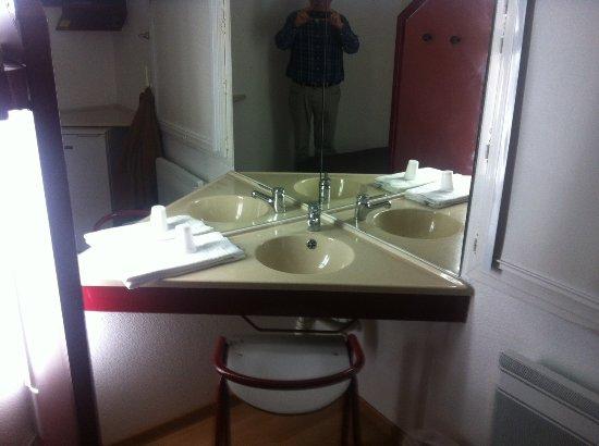 Bureau wasbak combi met goede scheer spiegel picture of lemon