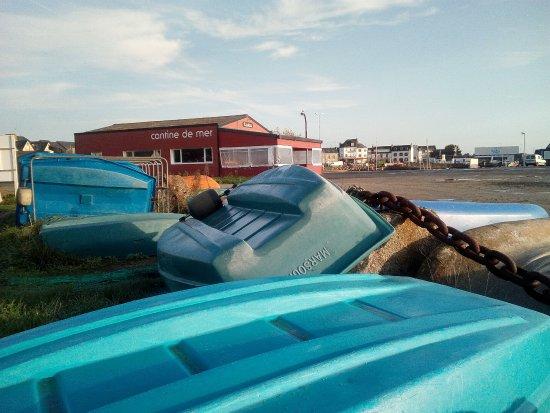 Plobannalec-Lesconil, Frankrike: Vue sur la cantine depuis les annexes du port