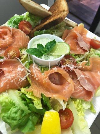 Mantes-la-Jolie, France: salade saumon