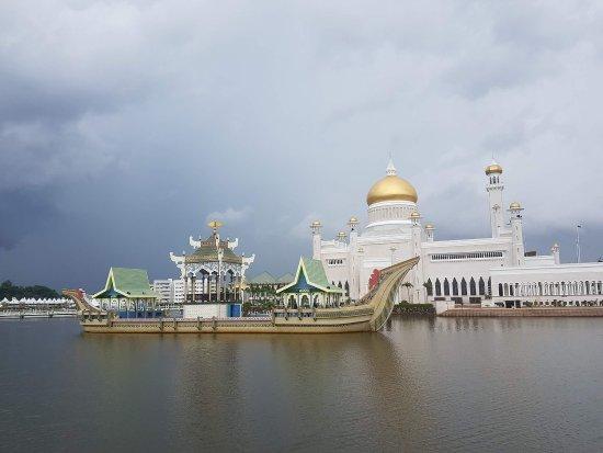 Sultan Omar Ali Saifuddin Mosque: FB_IMG_1508412877258_large.jpg