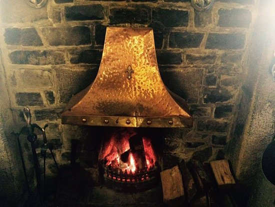 Wetton, UK: Roaring open fire!