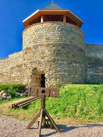 Entree van Montfort met gerestaureerde toren