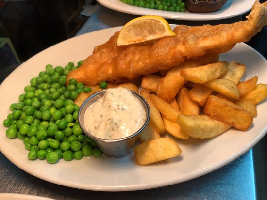 Great Dunmow, UK: Traditional Fish & Chips w/ peas, slice of lemon and tartare sauce