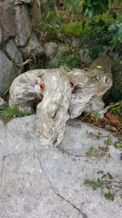 Rockcliffe, UK: On the path from the beach along the coastline, you will find some garden art.