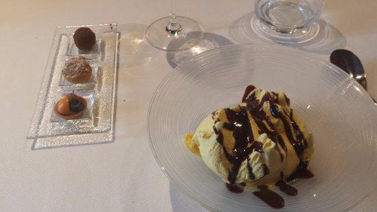 Collebeato, Italie : gelato alla vaniglia con cioccolato fondente