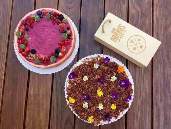 Bistro Rambus: - sezónné ovocie s kokosom - špaldová mrkvová torta