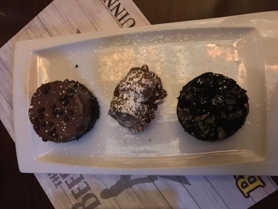 Glyfada, Grecia: Dessert: Chocolate mousse, Ferrero rocher with ice cream and a cheese cake