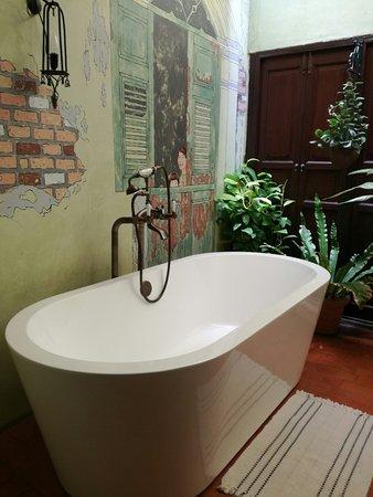Old Capital Bike Inn: una vasca in camera