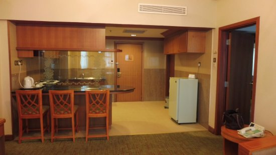 The Centrepoint Hotel: Junior Suite 453 Dining Area & Kitchenette