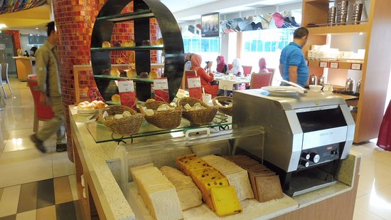 The Centrepoint Hotel: Bread with Toaster Machine