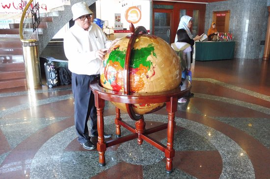 The Centrepoint Hotel: Hotel guest study the World Globe for his next travel