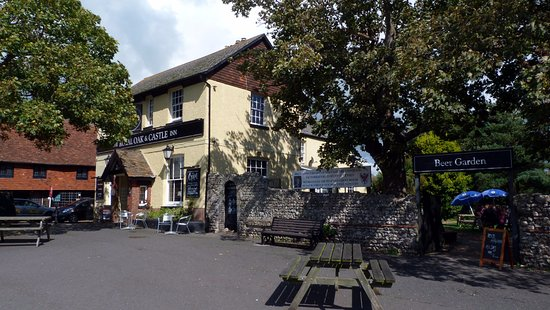 Pevensey, UK: Royal Oak & Castle Inn with Large Beer Garden and Patio