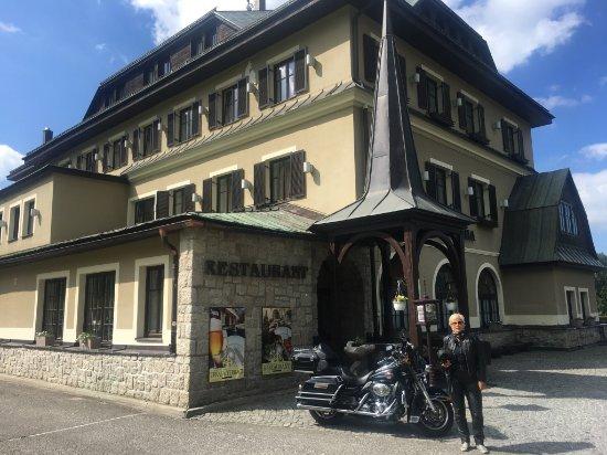 Hotel Praha: Eingang vor der Rezeption