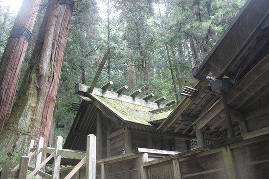 Omachi, Japan: 戦前から国宝である神社は、威厳のある素晴らしい雰囲気です。あいにくの雨でしたが、それがまたいい感じでした。