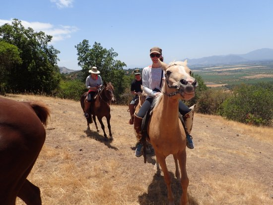 Santa Cruz, Chili : On the trail with valley behind us