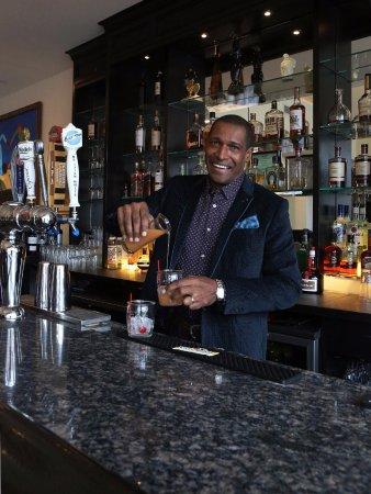 New Rochelle, Estado de Nueva York: Owner Alvin Clayton behind the bar