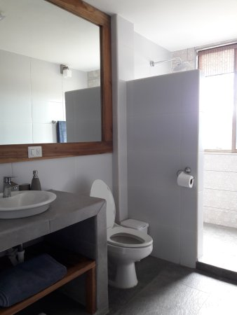 Balgue, Nicaragua: Fully tiled private bathroom with hot water rain shower