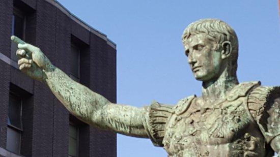 Monumenti a Giulio Cesare e Cesare Augusto