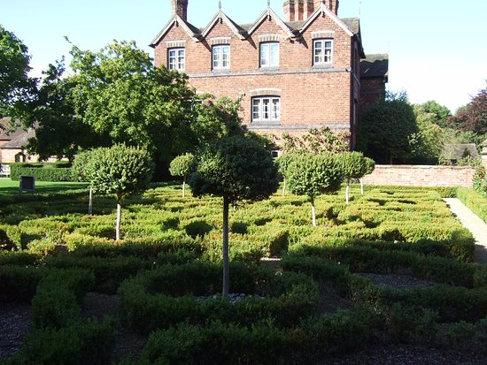 Wolverhampton, UK: Knot garden and side aspect of Moseley Old Hall