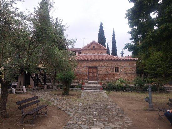 Church of Agios Nikolaos Orphanos: חזית המבנה מהמאה ה-14 ובו פרסקאות שהשתמרו באופן נהדר.