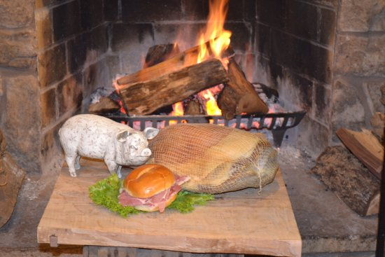 Linden, เวอร์จิเนีย: VA Country Ham by the fire at The Apple House!