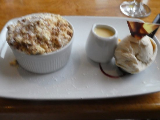 Killybegs, ไอร์แลนด์: apple crumble and ice cream dessert