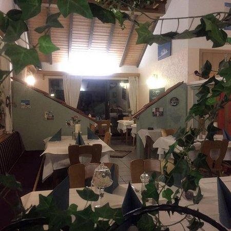 Munster bei Dieburg, Jerman: Ein Blick in die wunderbare griechische Atmosphäre des Restaurants Zum Goldenen Barren