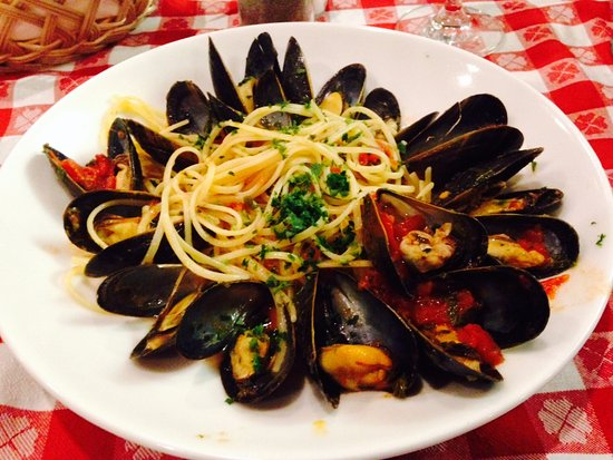 Pazzo Pomodoro: Vermicelli con Cozze - Vermicelli with mussels served in a white wine or red sauce