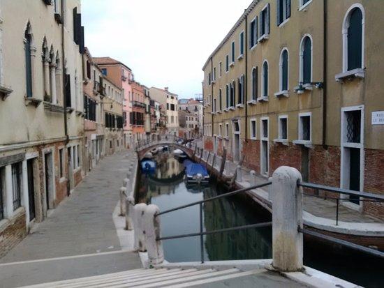 Istituto Canossiano: L'edificio a destra di quel ponte. Il portone d'ingresso è proprio alla fine del ponte.