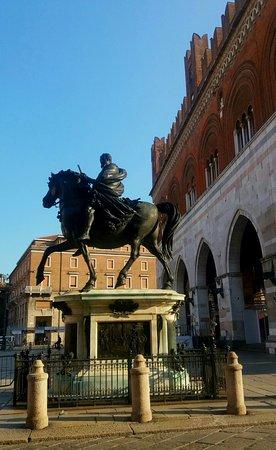 Пьяченца, Италия: una delle statue equestri