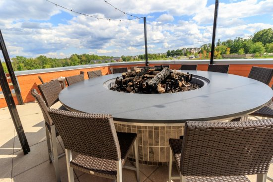 ‪‪Ashburn‬, فيرجينيا: Rooftop Patio with fire-pit table seating‬