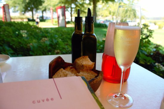 Cuvee Restaurant at Simonsig: Cuvee for lunch and bubbly, is ideal!