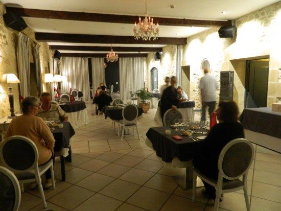 Domaine de Valmont : La spacieuse salle à manger soigneusement restaurée dans le style
