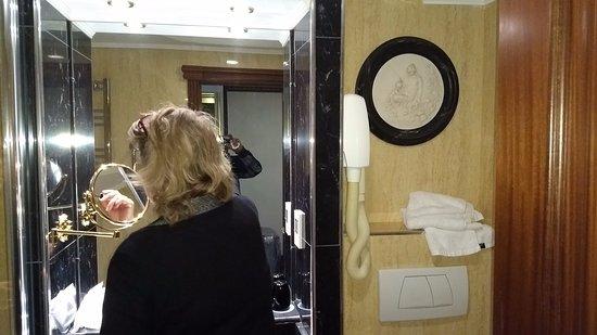 Melia White House: O banheiro oferece todo conforto.