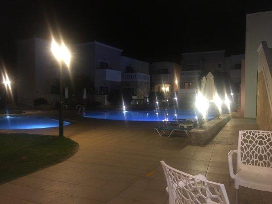 Tavronitis, Greece: Vue du pool bar le soir