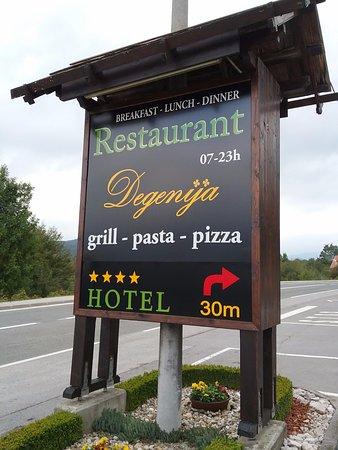 Rakovica, Croazia: Sign along highway...