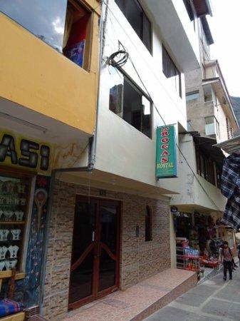 Hostal Las Rocas: Façade et rue