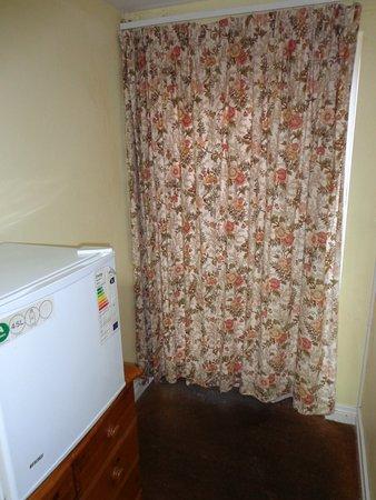 All Seasons Guest House: Comoda tradicional + frigo mas + cortinillas