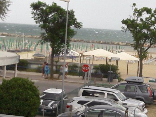 Hotel Ciondolo D'Oro: Вид с балкона во время шторма.