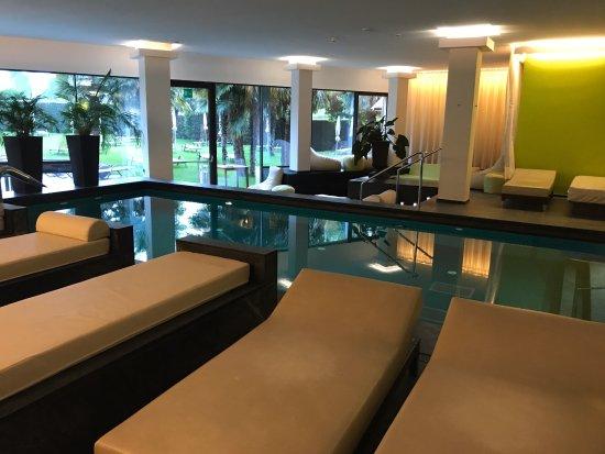 Hotel Therme Meran: бассейн внизу